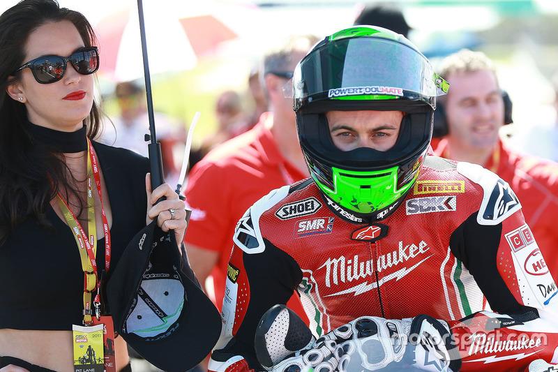 Eugene Laverty, Milwaukee Aprilia World Superbike Team, mit Gridgirl