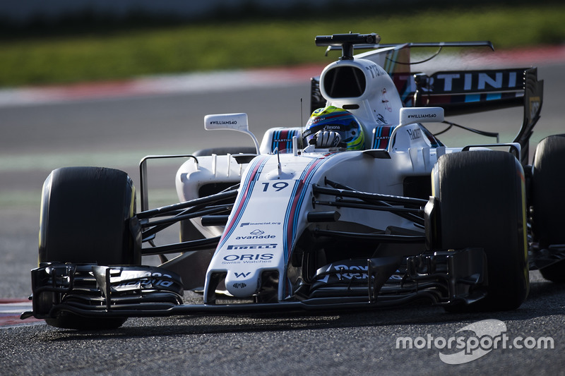 Felipe Massa, Williams FW40, corrects a slide