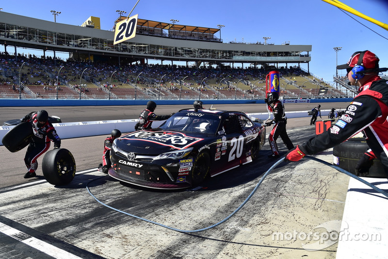 Erik Jones, Joe Gibbs Racing, Toyota, pit stop