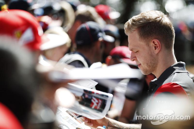 Kevin Magnussen, Haas F1 Team, firma de autógrafos para los aficionados