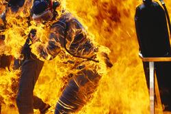 Fuego durante la parada en boxes de Jos Verstappen, Benetton B194 Ford