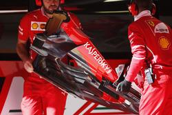 Механики Ferrari с передним антикрылом SF70H