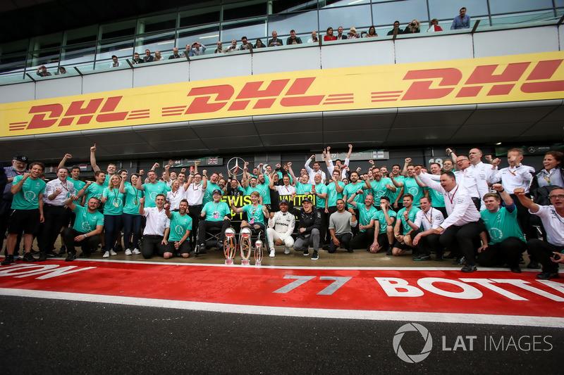 Lewis Hamilton HLewis, Mercedes AMG F1 celebra, champagne y los trofeos con Billy Monger y hermano Nickolas Hamilton y él equipo