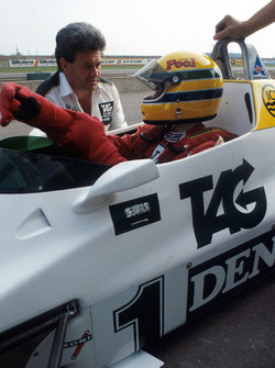 Ayrton Senna, receives final instructions by the Williams Team Manager Allan Challis prior to his first run in the Williams FW08C