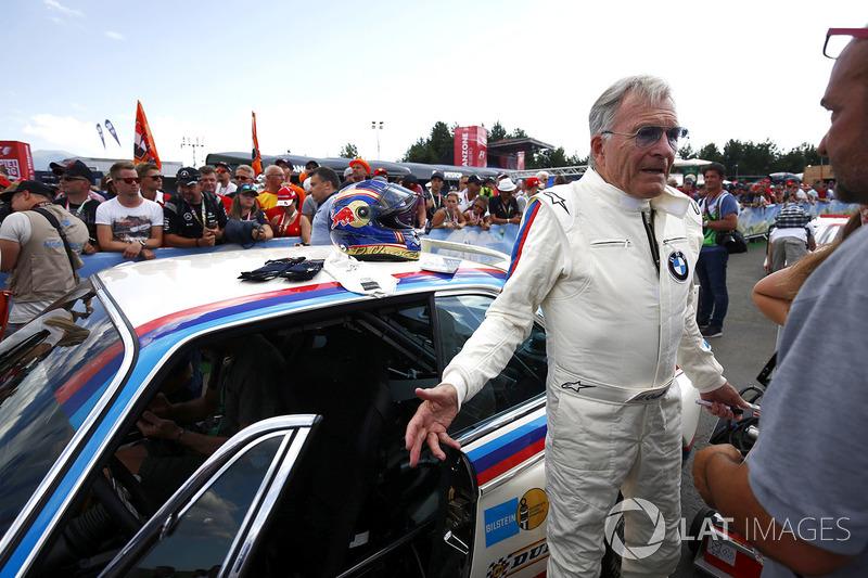 Дитер Кветсер рядом с BMW CSL