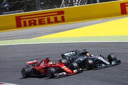 Temporada 2017 F1-spanish-gp-2017-sebastian-vettel-ferrari-sf70h-battles-lewis-hamilton-mercedes-amg-f1-w