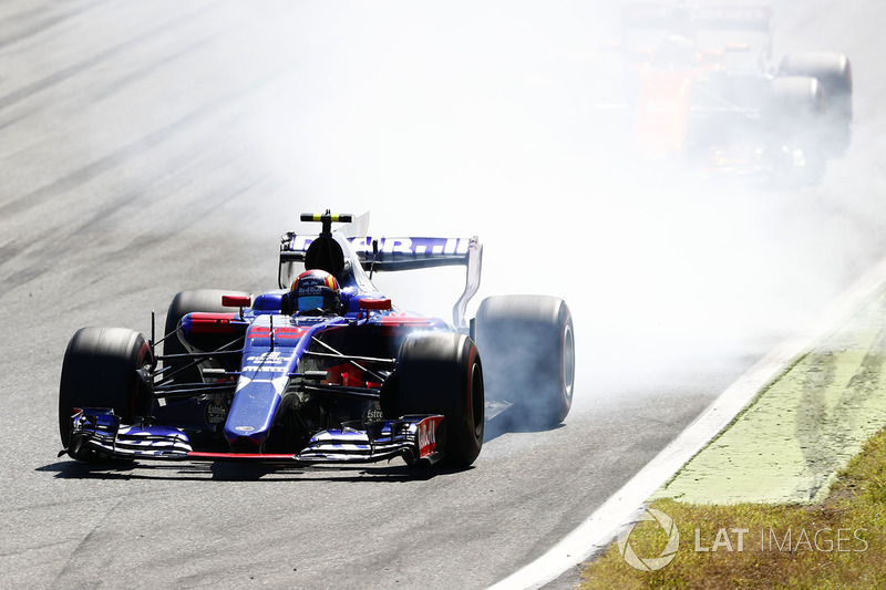 Carlos Sainz Jr., Scuderia Scuderia Toro Rosso STR12, bloque une roue