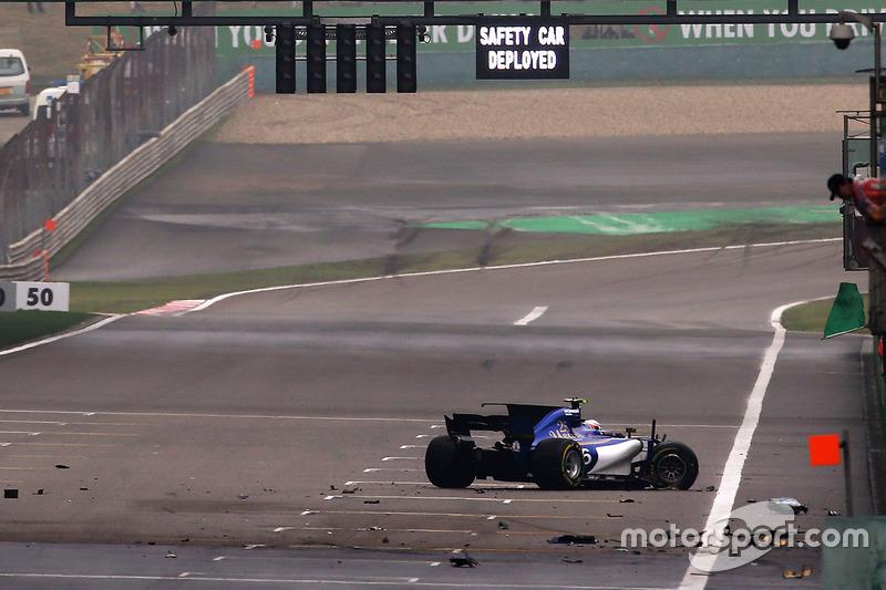 Antonio Giovinazzi, Sauber C36 Ferrari, crashes