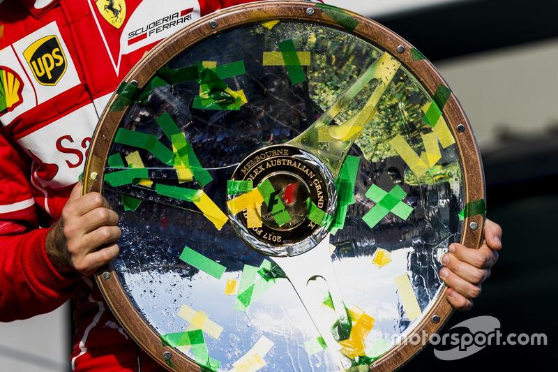 Себастьян Феттель, Ferrari, з трофеєм