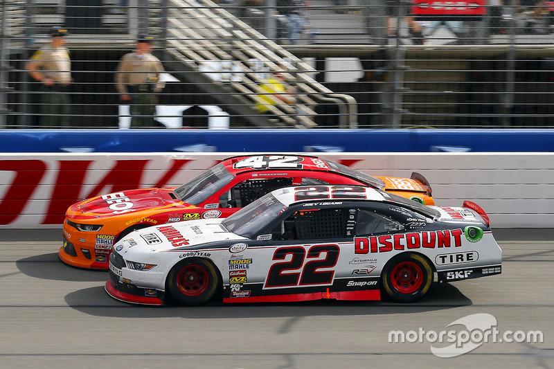 Joey Logano, Team Penske Ford y Kyle Larson, Chip Ganassi Racing Chevrolet