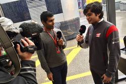 Arjun Maini, Haas F1 Team, Entwicklungsfahrer, mit Karun Chandhok