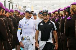 Jenson Button, McLaren pilotlar geçidinde Sergio Perez ile birlikte, Sahara Force India F1