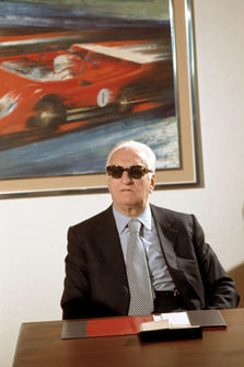 Enzo Ferrari dans la salle de réunion de sa maison en 1974