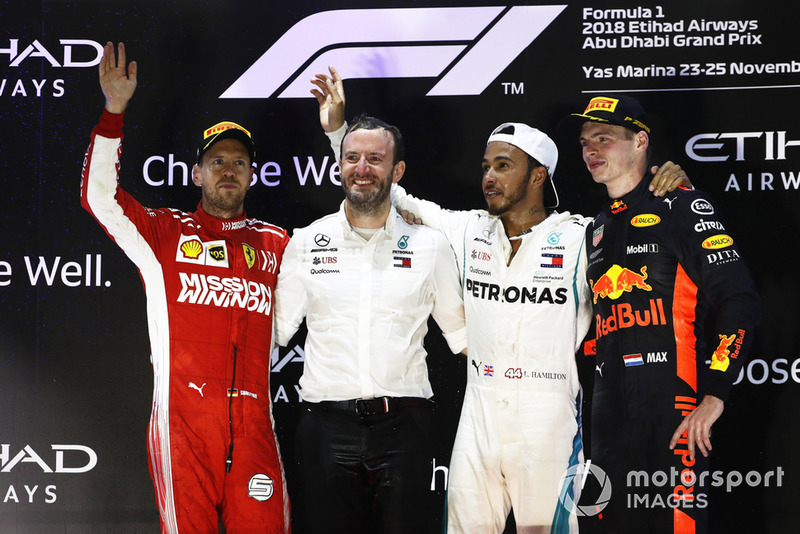 Sebastian Vettel, Ferrari, Bradley Lord, directeur de la communication de Mercedes, Lewis Hamilton, Mercedes AMG F1, et Max Verstappen, Red Bull Racing, sur le podium