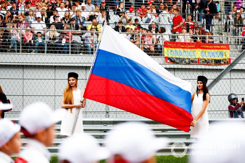 Grid Girl con una bandiera russa