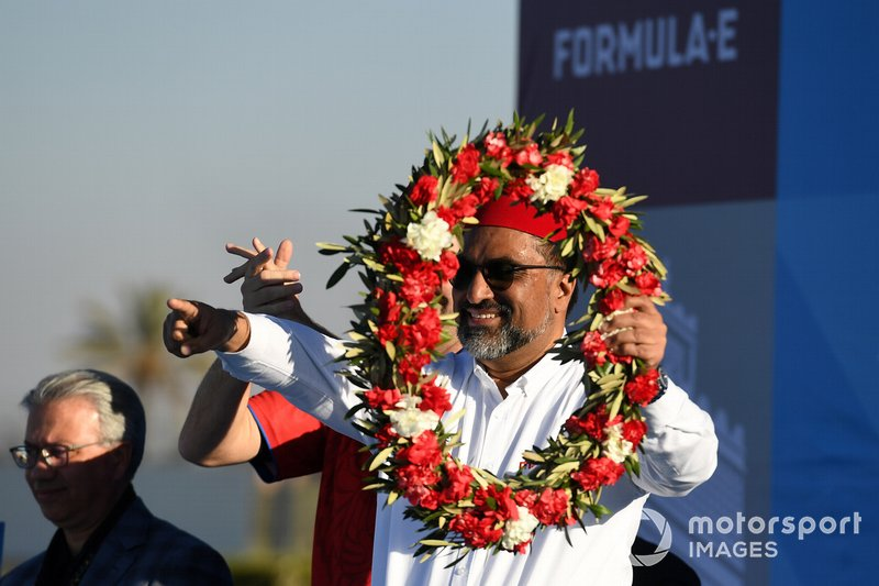 Dilbagh Gill, CEO, Team Principal, Mahindra Racing, festeggia sul podio