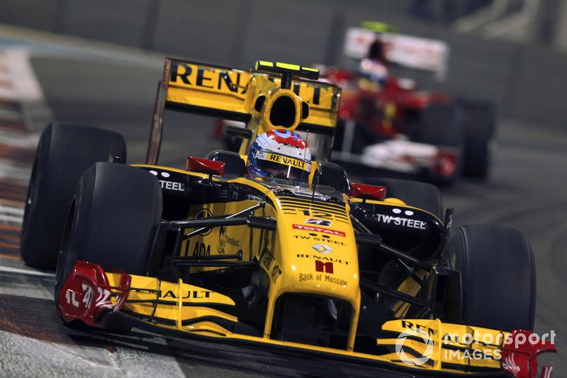 «Используй весь свой талант! Мы знаем, насколько он велик», – в отчаянии подбадривал Фернандо его инженер Андреа Стелла. Но на «Яс Марине» обогнать быструю на прямых Renault было просто невозможно. К концу гонки Фернандо сдался