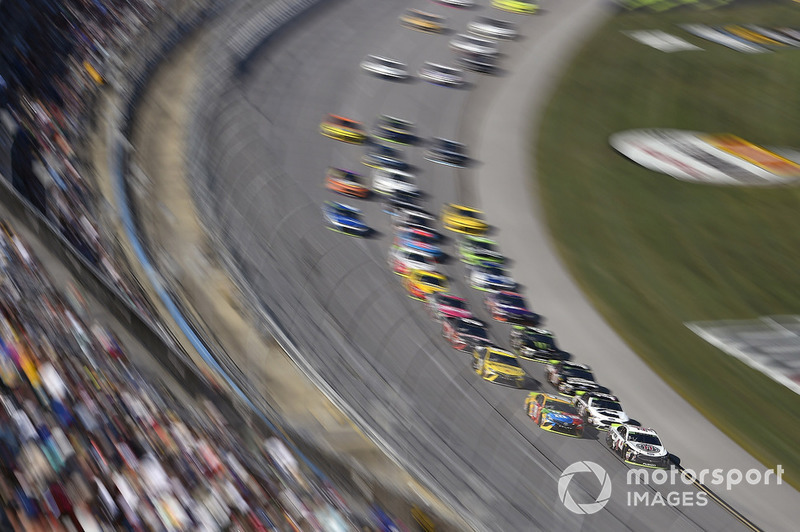 Kevin Harvick, Stewart-Haas Racing, Ford Fusion Jimmy John's and Kyle Busch, Joe Gibbs Racing, Toyota Camry M&M's