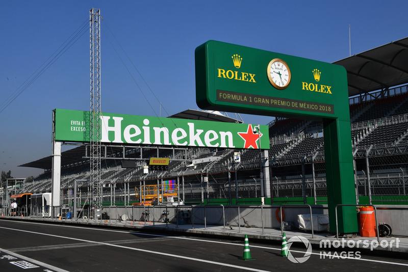 L'horloge Rolex et Heineken dans la voie des stands