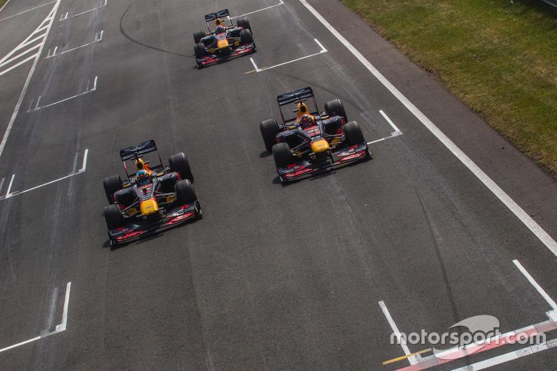 Daniel Ricciardo, RB7, Max Verstappen, RB8, ve David Coulthard, RB7