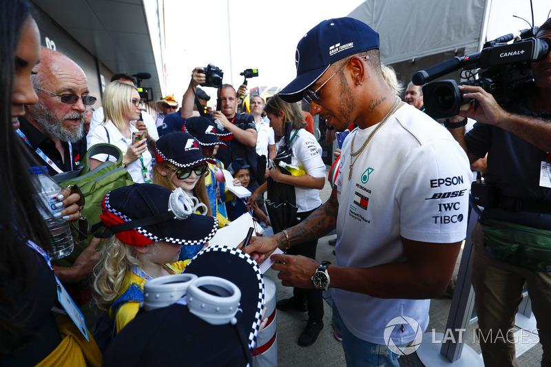 Lewis Hamilton, Mercedes AMG F1, firma autografi a dei giovani tifosi