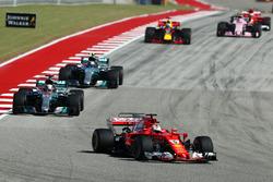 Sebastian Vettel, Ferrari precede Lewis Hamilton, Mercedes AMG F1 W08