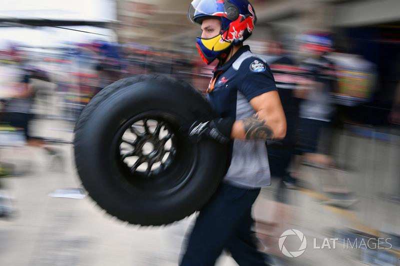 Red Bull Racing mekanikeri ve Pirelli