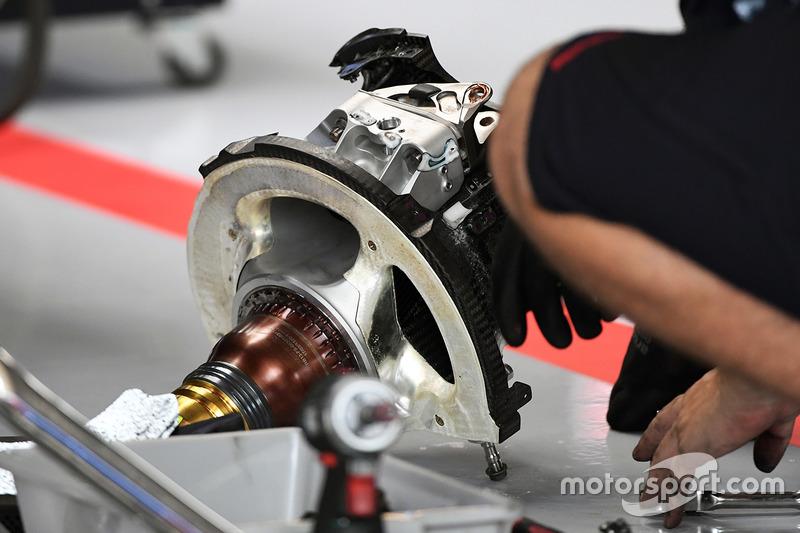 Red Bull Racing RB13 eje de rueda delantera