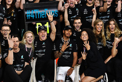Toto Wolff, Mercedes AMG F1 Director of Motorsport, Valtteri Bottas, Mercedes AMG F1 and wife Emilia