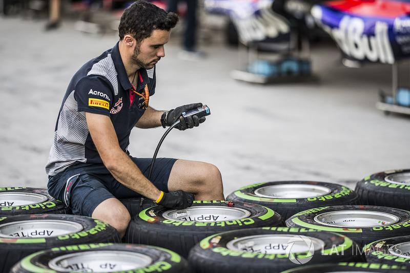 Механики Scuderia Toro Rosso работают с шинами