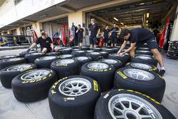ART Grand Prix mecánicos preparan neumáticos Pirelli