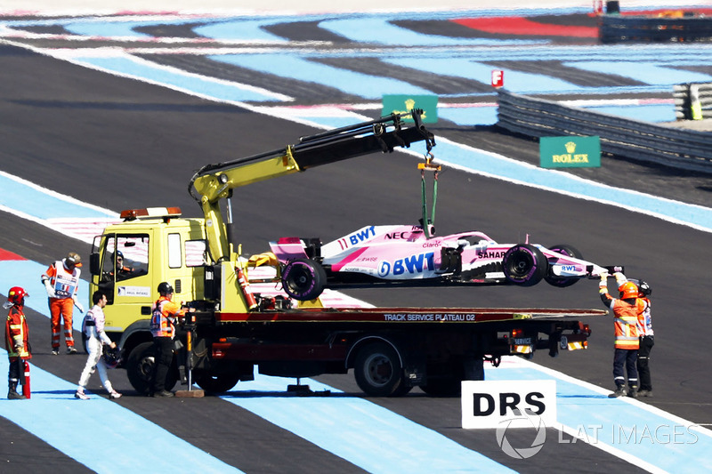 Marshals remove the car of Sergio Perez, Force India VJM11