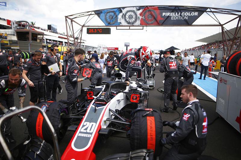Kevin Magnussen, Haas F1 Team VF-18, sort de sa voiture sur la grille