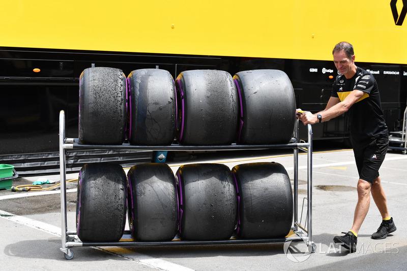 Mecánico Renault Sport F1 Team y neumáticos Pirelli