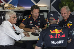 Bernie Ecclestone, in gesprek met Christian Horner, Red Bull Racing Team Principal, Max Verstappen, Red Bull Racing en Dr Helmut Marko, Red Bull Motorsport Consultant