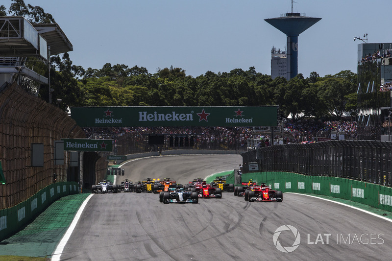 Valtteri Bottas, Mercedes-Benz F1 W08  y Sebastian Vettel, Ferrari SF70H