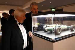 Herbie Blash y Gordon Murray admiran un modelo de Jim Clark Indianápolis Lotus