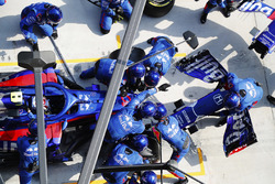 Pierre Gasly, Toro Rosso STR13 Honda, s'arrête au stand pour un nouveau nez