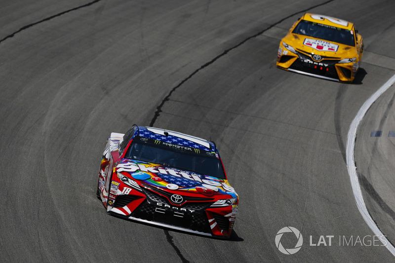 Kyle Busch, Joe Gibbs Racing, Toyota Camry Skittles Red White & Blue ed Erik Jones, Joe Gibbs Racing, Toyota Camry DeWalt