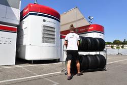 Sauber mekanikeri ve Pirelli lastikleri
