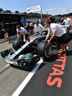Mercedes AMG F1 mechanic with Mercedes-AMG F1 W09 in pit lane