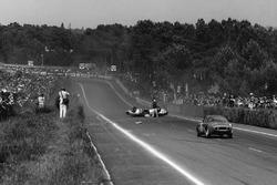 Roger Masson, Pierre Monneret, Rene Bonnet Aerodjet LM6 Renault, yolun ortasında ters donmüş durumdayken Bruno Basini, Robert Bouharde, Rene Bonnet Aerodjet LM6 Renault kaza yerine yaklaşıyor