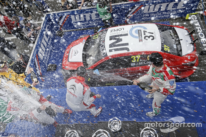 Подіум: друге місце Нікі Катсбург, LADA Sport Rosneft, Lada Vesta; переможець Хосе-Марія Лопес, Citroën World Touring Car Team, Citroën C-Elysée WTCC; Тьяго Монтейро, Honda Racing Team JAS, Honda Civic WTCC;