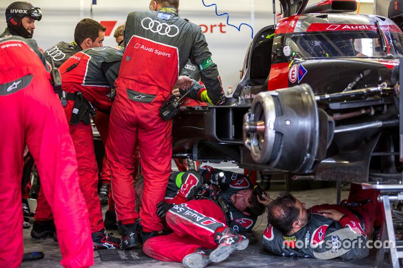 Pit crew working on the damaged #8 Audi Sport Team Joest Audi R18 e-tron quattro: Lucas di Grassi, Loic Duval, Oliver Jarvis