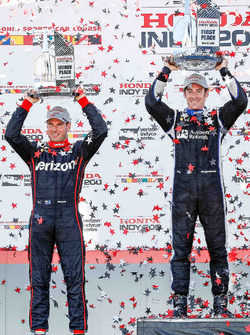 Racewinnaar Simon Pagenaud, Team Penske Chevrolet, tweede plaats Will Power, Team Penske Chevrolet