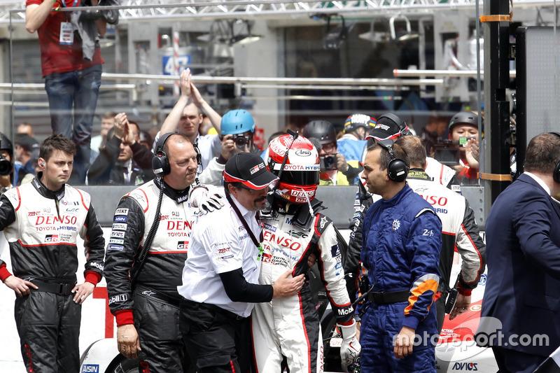 #5 Toyota Racing Toyota TS050 Hybrid: Kazuki Nakajima con Rob Leuben, Toyota Motorsport desspués de la bandera a cuadros