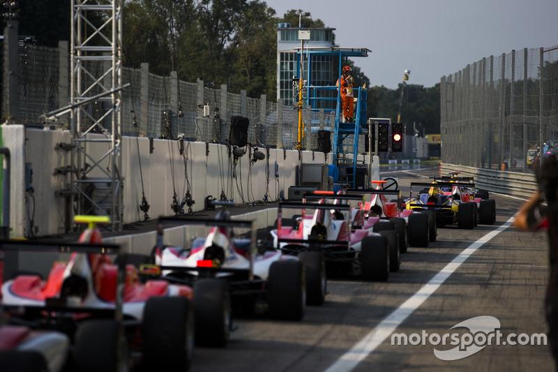 Le monoposto della GP3 aspettano alla fine della pit lane