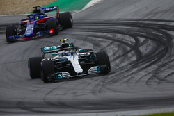 Valtteri Bottas, Mercedes AMG F1 W09, leads Brendon Hartley, Toro Rosso STR13