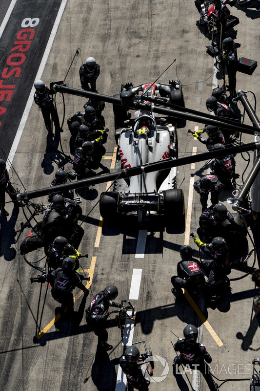 Kevin Magnussen, Haas F1 Team VF-18, lascia il box dopo un pit stop