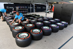 Mercedes AMG F1 mechanics and Pirelli tyres